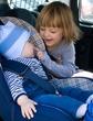 bebê e criança em automóvel
