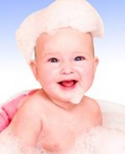 bebê no banho de espuma