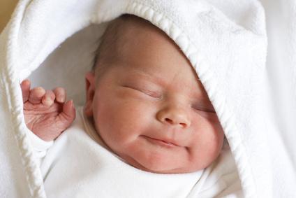 bebê embrulhado em toalha