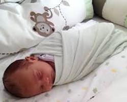 bebê enrolado numa manta