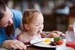 Mãe a dar de comer a bebê