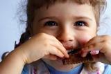criança a comer bolacha