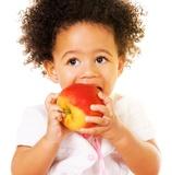 criança a comer maça