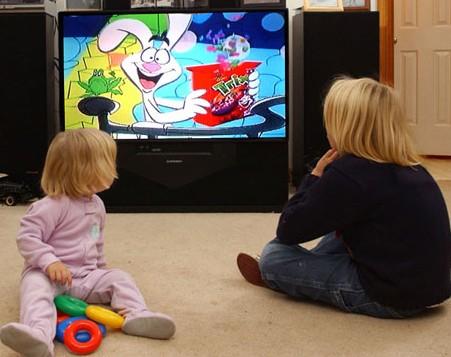 crianças a ver televisão