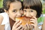 crianças a comer hamburger