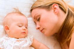 mãe e bebê a dormir