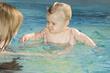 criança a nadar