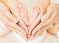 mãos de bebê e dos pais