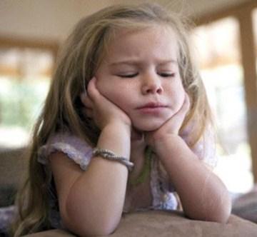 criança sonolenta nas aulas